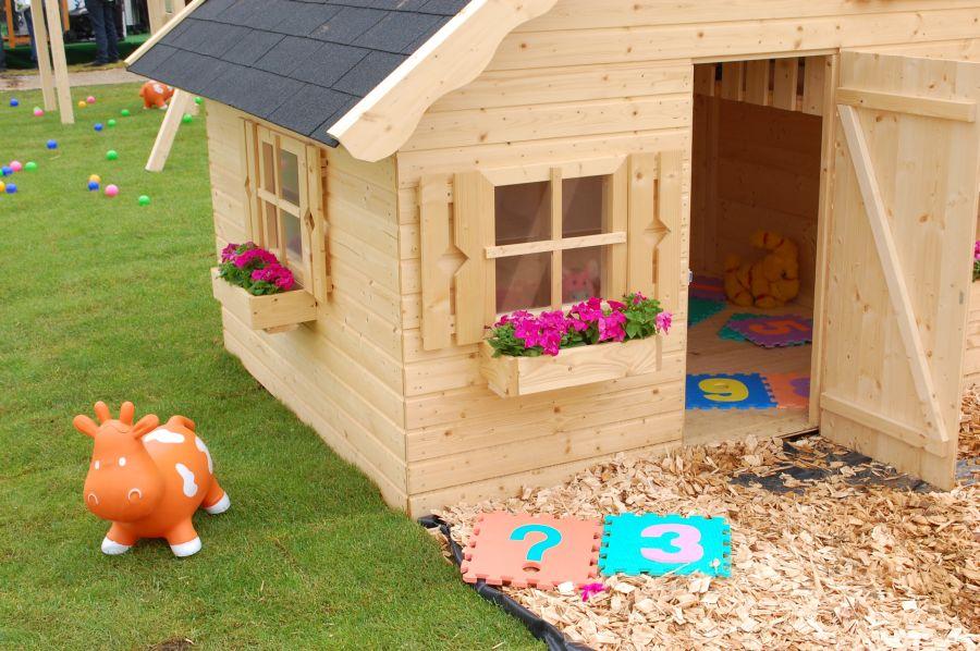 Casa de madera para jugar for Casa juguete jardin