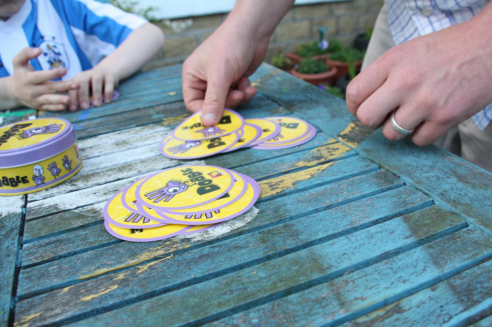 Juego de mesa Dobble - Participantes repartiendo cartas