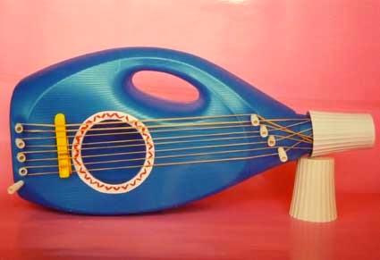 guitarra de juguete reciclada