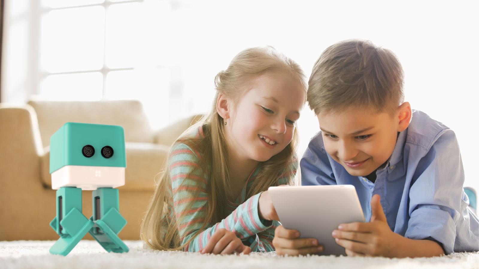 niños jugando con el robot zowi